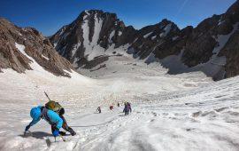 صعود موفق تیم منتخب بانوان مازندران به قله علم کوه از مسیر یخچال اسپیلت